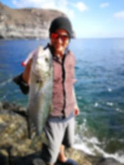 Angler zeigt gefangenen Fisch