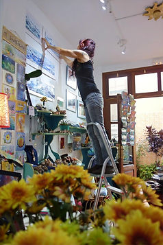 yasmin hängt ein bild auf im shop
