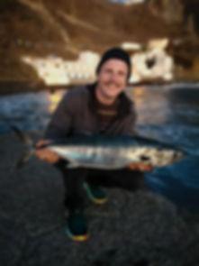 Angler zeigt grossen Fisch