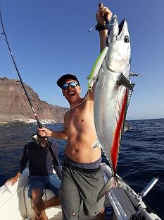 Angler hat Bonito gefangen auf den Kanaren