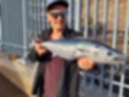 Angler zeigt gefangenen Bonito