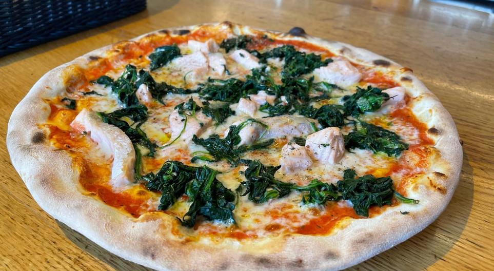 eine-pizza-mit-spinat-und-kaese.JPG