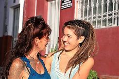 Yasmin und Caro lachen sich an