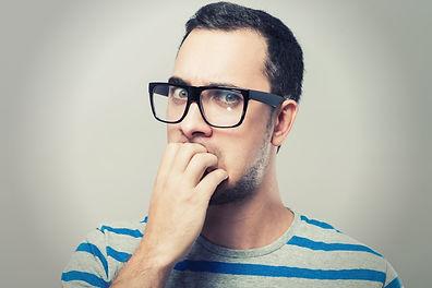Ein Mann mit Brille guckt skeptisch