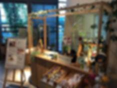 小笠原諸島や伊豆諸島の焼酎や多摩のお酒を中心に扱う専門店です。  グルメ、お土産品やギフトにも対応しています。