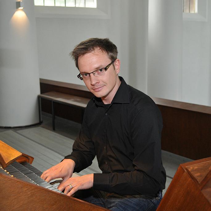 Andy von Oppenkowski an der Orgel in der Kreuzeskirche Essen
