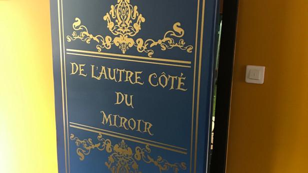 Porte d'entrée d'une salle «Alice au pays des merveilles»