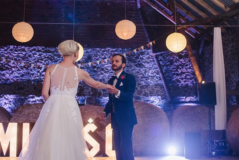 pierwszy taniec pary młodej w stodole Folwarku Wąsowo