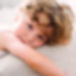 portret chłopca podczas sesji rodzinnej w studio