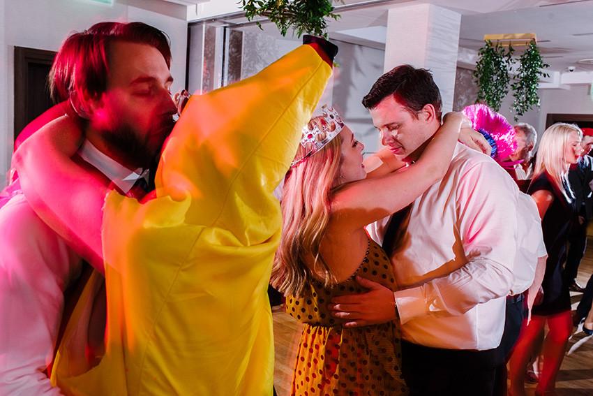 pary tańczą na imprezie weselnej