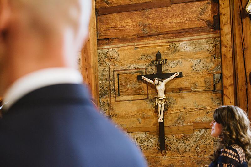 ślub w drewnianym kościele w Wielkopolsce