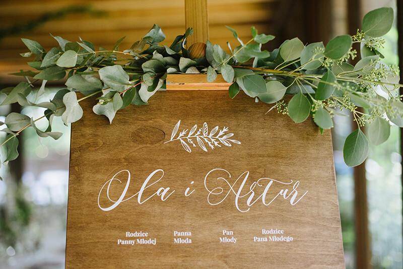drewniana tablica z rozmieszczeniem stołów