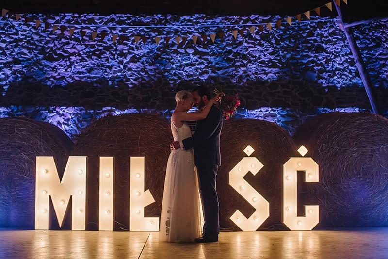 sesja ślubna w stodole Folwarku Wąsowo
