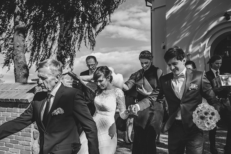 wyjście pary młodej z kościoła