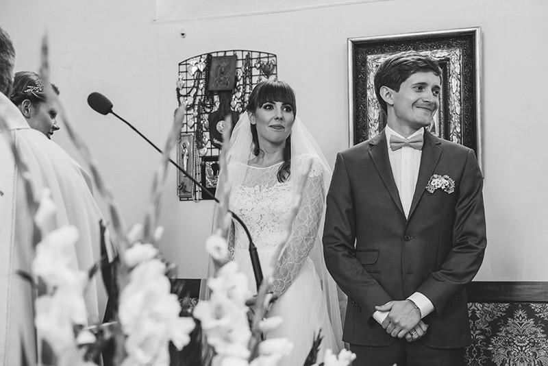 para młoda podczas ceremonii ślubnej w kościele w Kiekrzu