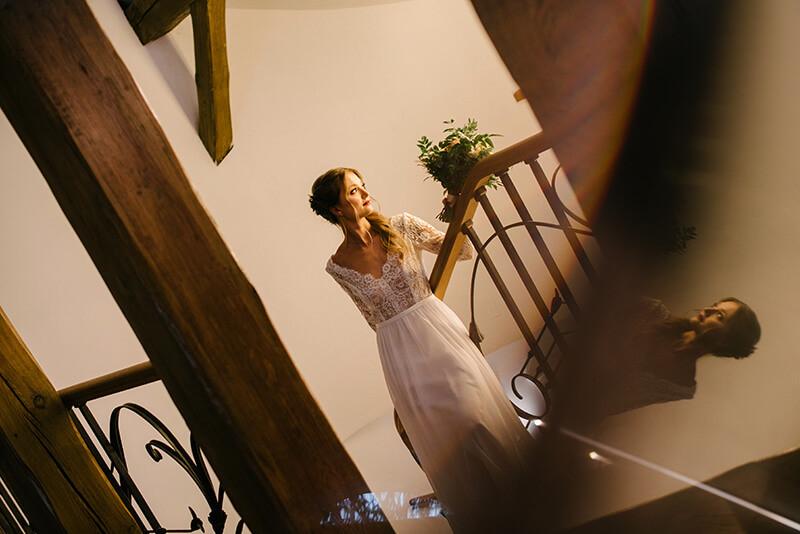 panna młoda na schodach dworku separowo
