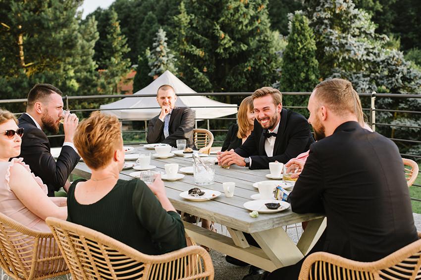 goście weselni rozmawiają na tarasie