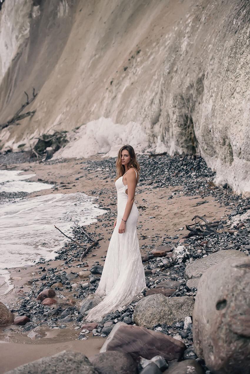 Panna Młoda w sukni ślubnej na Rugii