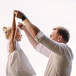 rodzinna sesja zdjęciowa taty i córki w Pozaniu