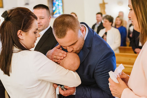 tata i syn podczas chrztu świętego