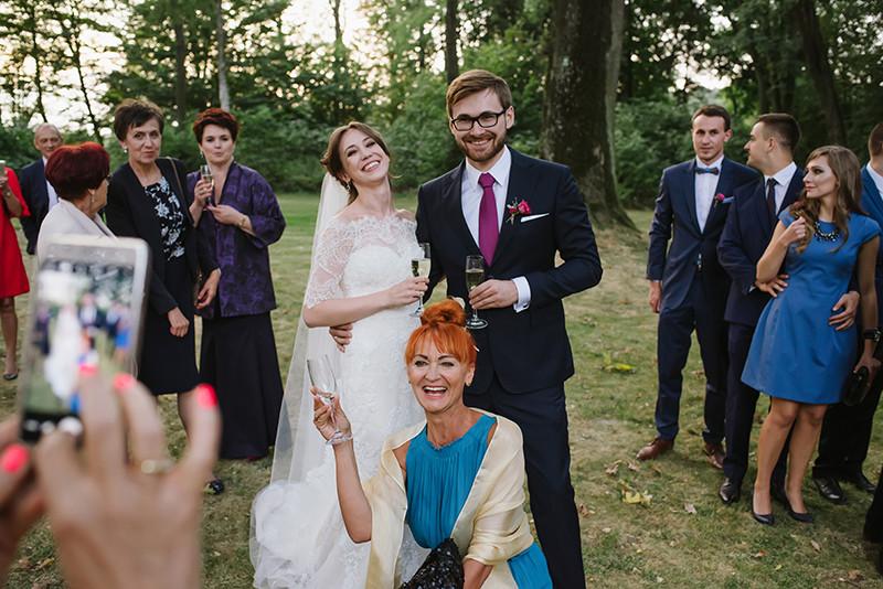 Zdjęcia rodzinne w ogrodzie Pałacu Zdunowo podczas wesela
