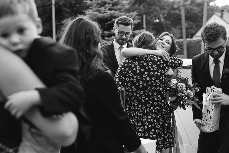 goście weselni składają życzenia parze młodej