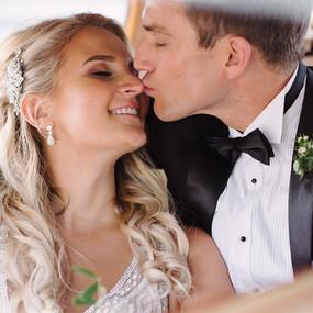 pan młody całuje pannę młodą w nosek podczas sesji zdjęciowej w dniu ich ślubu