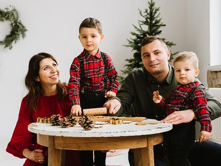 Rodzinna sesja bożonarodzeniowa w studio