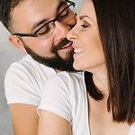 mama i tata przytulają się podczas rodzinnej sesji zdjęciowej