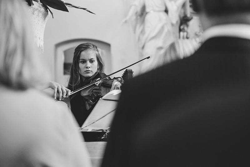 skrzypaczka podczas ceremonii ślubnej w kościele w Kiekrzu