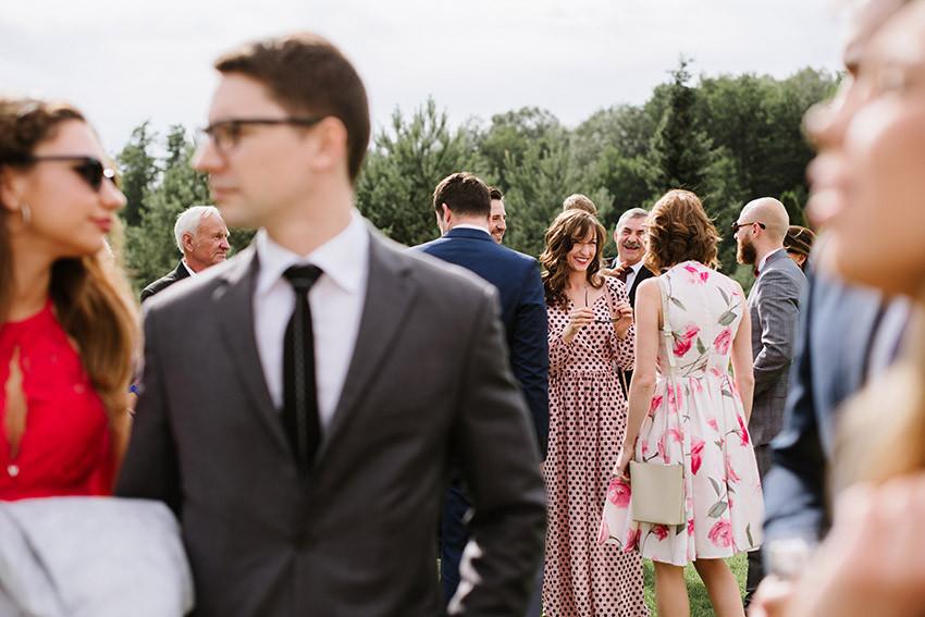 goście weselni w ogrodzie