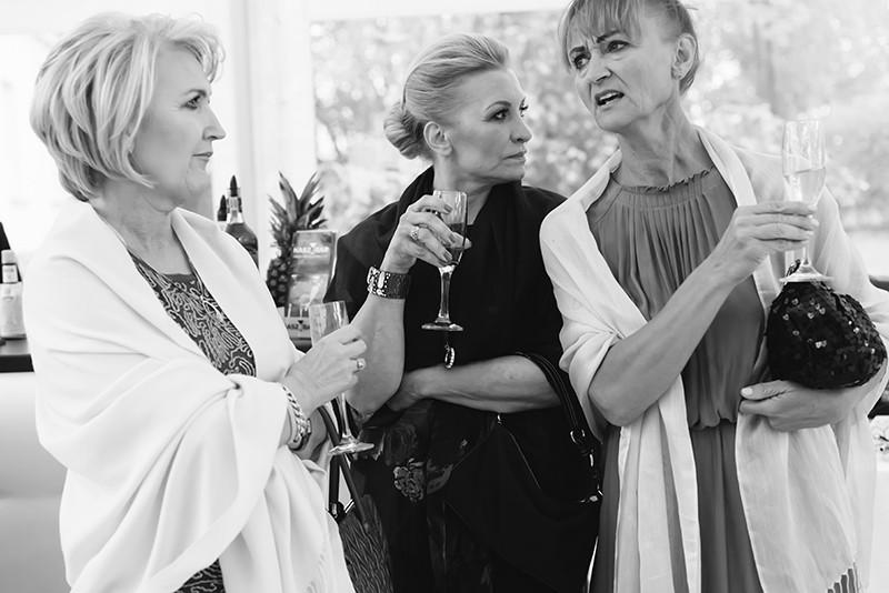 goście weselni piją szampana w Pałacu Zdunowo