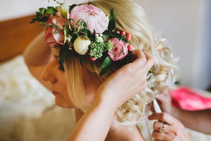 wianek ślubny z piwonią