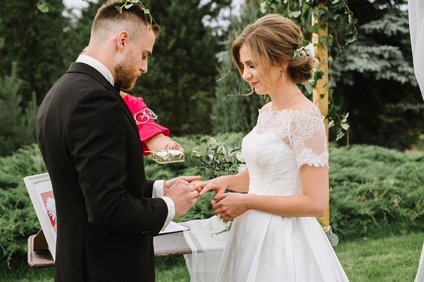 zakładanie obrączek przez małżonków