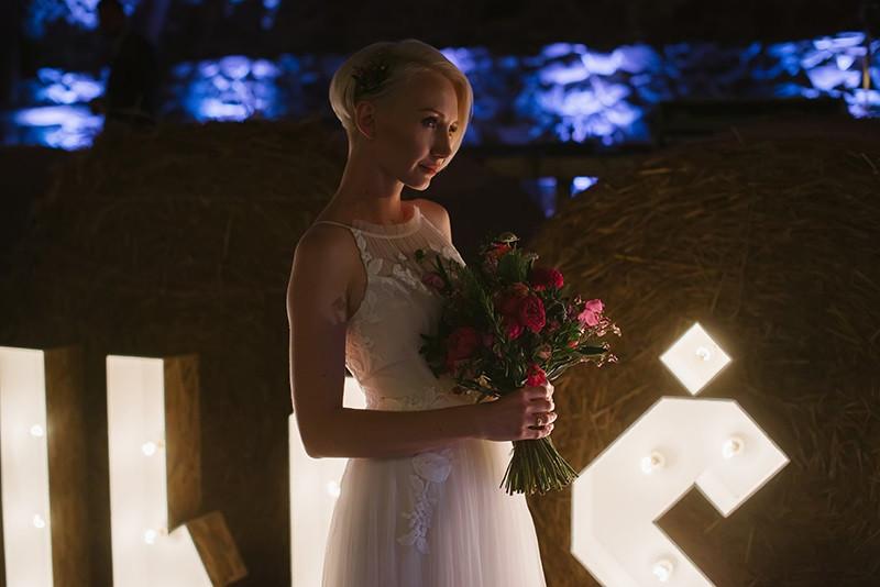 Panna Młoda z bukietem ślubnym od Kwiaty i Miut