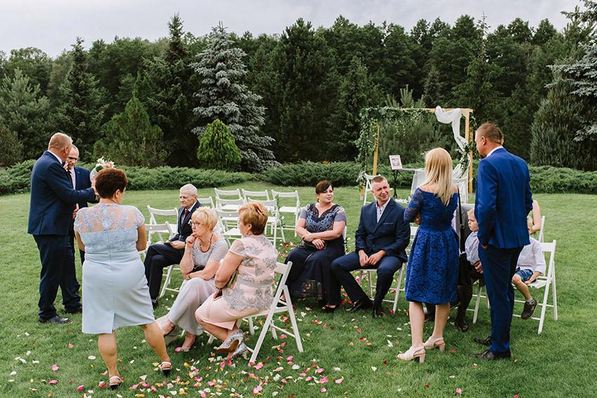 goście weselni czekają żeby złożyć życzenia parze młodej