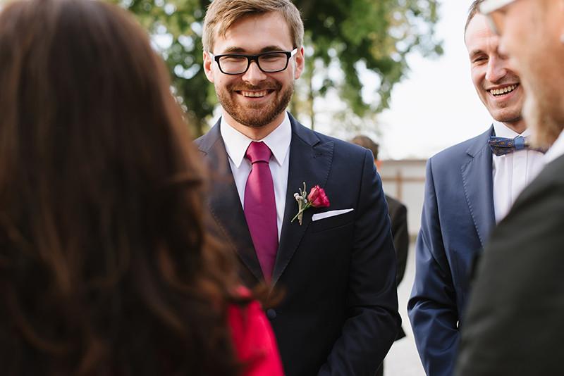 pan młody w fuksjowym krawacie