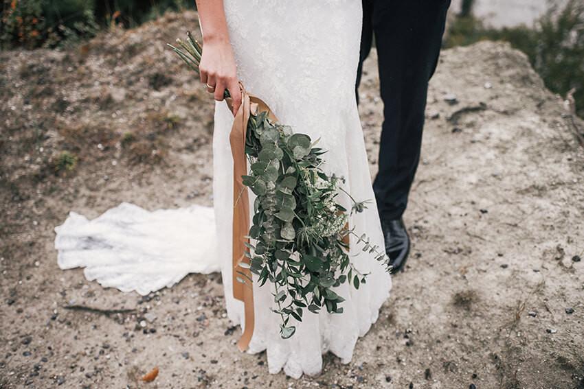 bukiet ślubny z liśćmi eukaliptusa