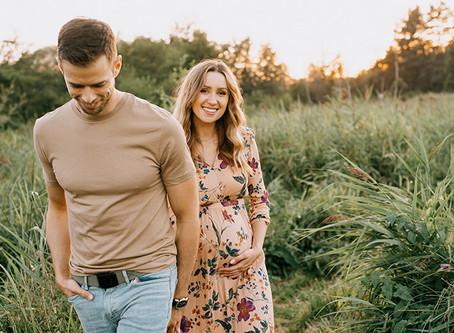 Naturalna sesja ciążowa na Łysym Młynie | Fotografia brzuszkowa