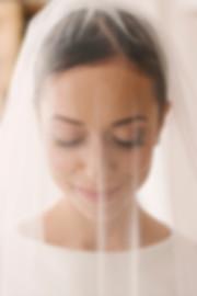 uśmiechnięta panna młoda w welonie w niu swojego ślubu w Paryżu