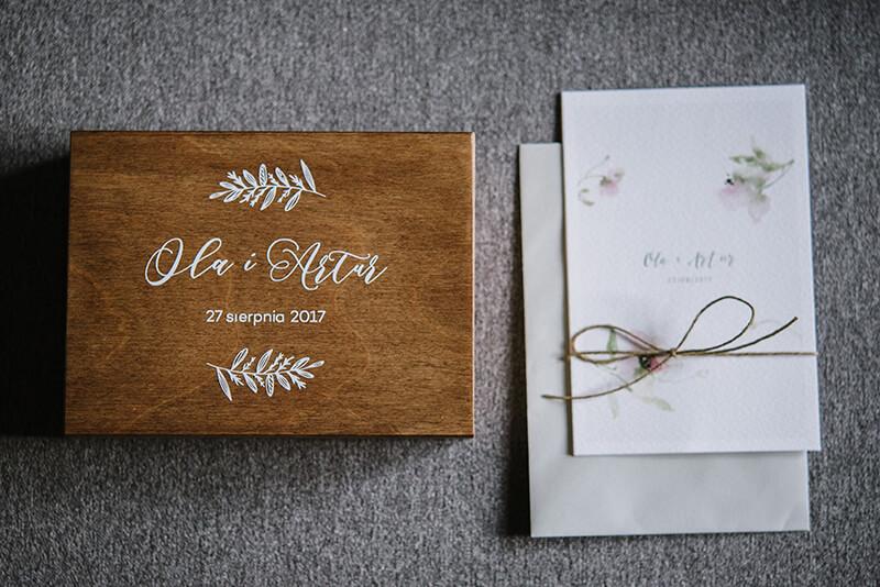 drewniane pudełko na obrączki i zaproszenia ślubne