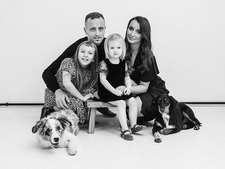 Czarno biała sesja rodzinna w poznańskim Studio WASABI