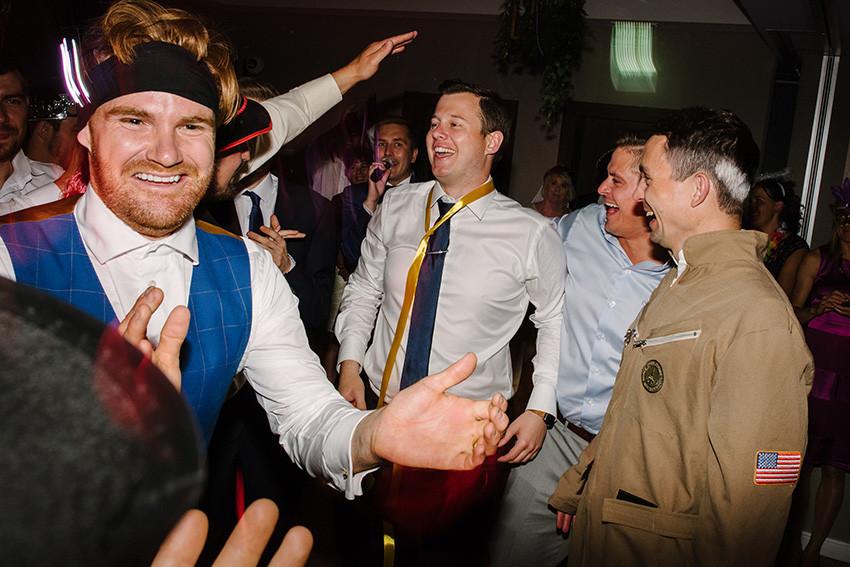 goście weselni bawią się na weselu
