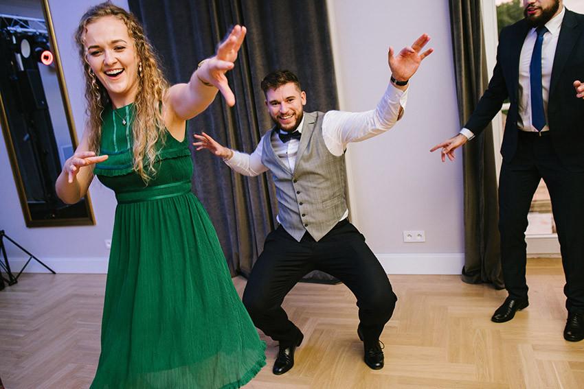 świadkowie tańczą na weselu