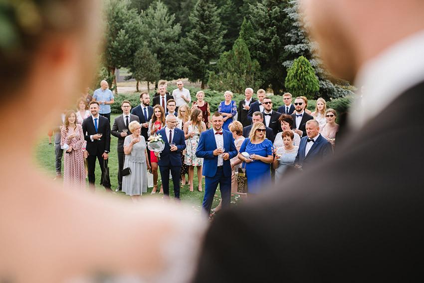 goście weselni na ogrodzie podczas toastu