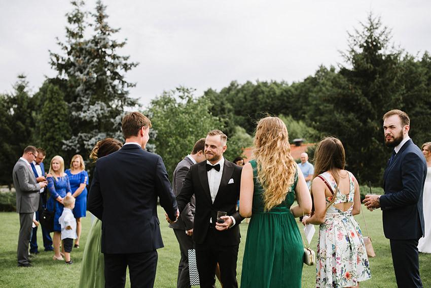 Pan Młody wita się z gośćmi weselnymi