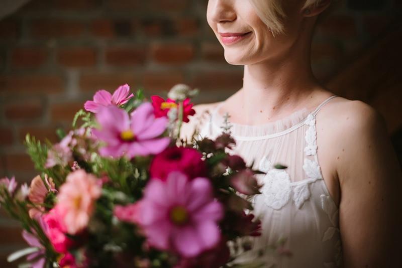 bukiet ślubny od Kwiaty i Miut i suknia ślubna od Anny Kary