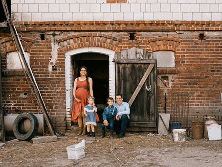 Wiejskie życie - sesja rodzinna w starym gospodarstwie