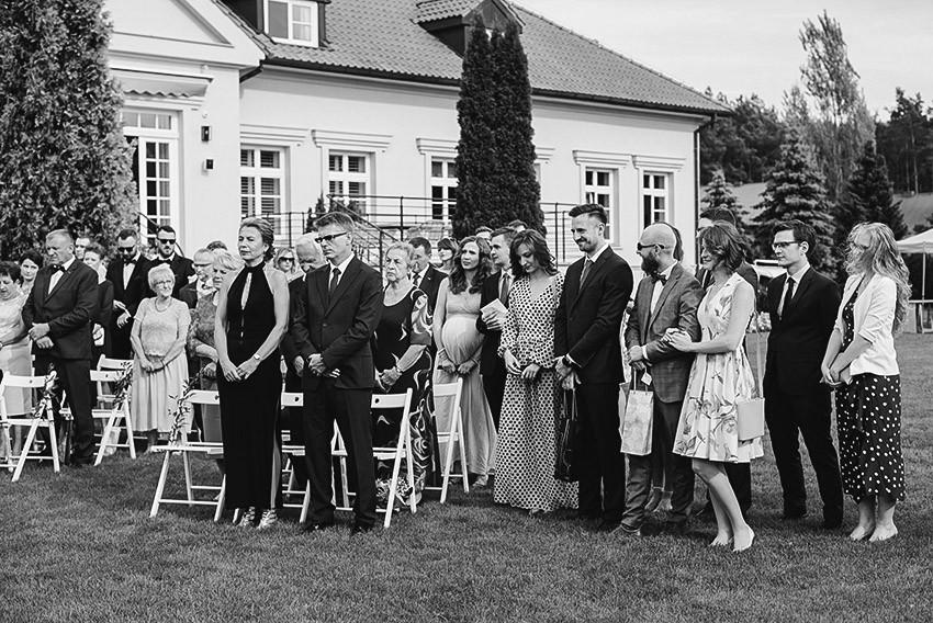 goście weselni podczas ceremonii ślubu