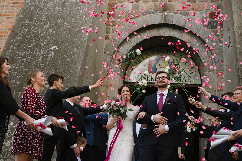 szpaler z róż podcza wyjścia z kościoła